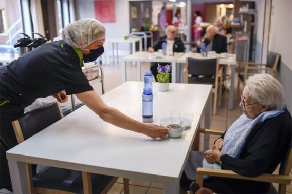 Wat Artsen Zonder Grenzen leerde uit woonzorgcentra: geen ringen dragen en cafetaria controleren