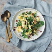 Salade van geschaafde bloemkool en venkel met citroen, amandelen en burrata