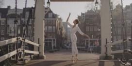 Ballerina danst door lege straten in Amsterdam