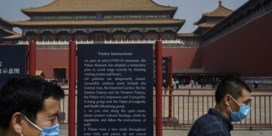 Chinese toerist loopt op kousenvoeten