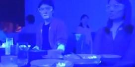Van Ranst deelt filmpje: zo snel verspreiden virusdeeltjes zich aan tafel