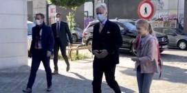 Koning - met mondmasker - brengt dochter naar school