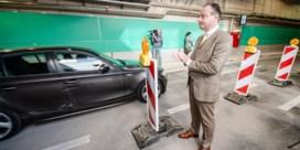 Tunnels onder Antwerps Operaplein geopend, voertuig rijdt meteen tegen sproeisysteem