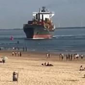 Containerschip stevent recht op strand Vlissingen af