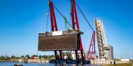 Sluisdeur van 2.500 ton losgekoppeld voor renovatie