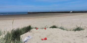 Toeristen trekken de duinen in om controles te ontlopen