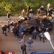 Omstanders duwen auto opzij voor gehaaste brandweer