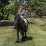 Queen Elizabeth maakt ritje op pony in Windsor Castle