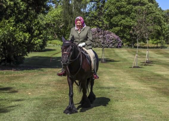 Queen Elizabeth maakt ritje op pony in Windsor Castle