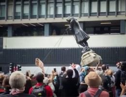 Standbeeld slavenhandelaar neergehaald tijdens antiracismeprotest