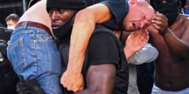 Black Lives Matter-betoger brengt gewonde, extreemrechtse betoger in veiligheid