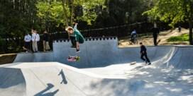 Groepje hangjongeren perst skaters af