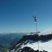 Acrobaten tonen hun kunnen op 3.000 meter hoogte