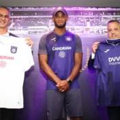 """Anderlecht stelt nieuwe truitjes voor, met Candriam en DVV als twee nieuwe partners: """"Op zoek naar de successen van vroeger"""""""