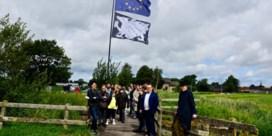 Bekende kunstenaars plaatsen artistieke reuzenvlaggen langs West-Vlaamse fietsroutes