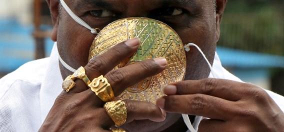 Indiase zakenman laat gouden mondmasker ontwerpen tegen coronavirus