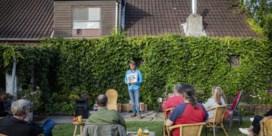 Comedian vindt publiek in de tuin
