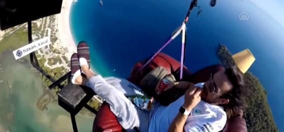 Man gaat paragliden met zetel boven Turkse Blue Lagoon