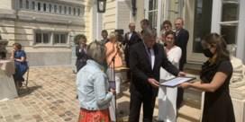 Jambon reikt Vlaamse eretekens uit aan poetsvrouw en kassabediende