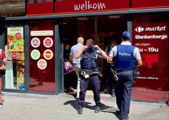 Man richt pistool op medewerker in volle supermarkt