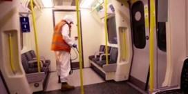 Vermomd als schoonmaker leeft Banksy zich uit in Londense metro
