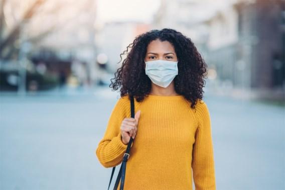 Lokken mondmaskers acne uit? 'Beheers u en pruts er niet aan'