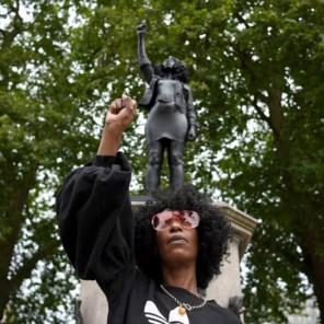 Beeld van activiste op sokkel van neergehaalde slavenhandelaar geplaatst