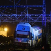 Dode en tientallen gewonden bij spoorongeval nabij Praag