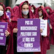 'Dienstmaagden' protesteren tegen politiek spel rond abortuswet