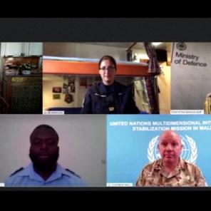 Queen Elizabeth in videogesprek met militairen: 'Je weet duidelijk wat gedaan daar'