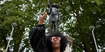 BLM-activiste duwt slavenhandelaar van sokkel