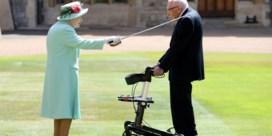 Koningin Elizabeth II eert 100-jarige veteraan van Tweede Wereldoorlog