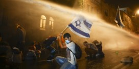 Demonstranten en rechter zitten achter Netanyahu aan