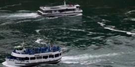 Toeristenboten aan Niagarawatervallen tonen verschil tussen VS en Canada