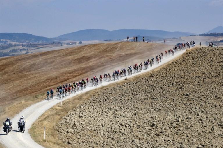 Wat een triomftocht: Wout van Aert wint bloedhete editie van Strade Bianche na machtige demarrage