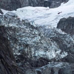 Helikopterbeelden tonen hoe stuk gletsjer ter grootte van kathedraal loskomt