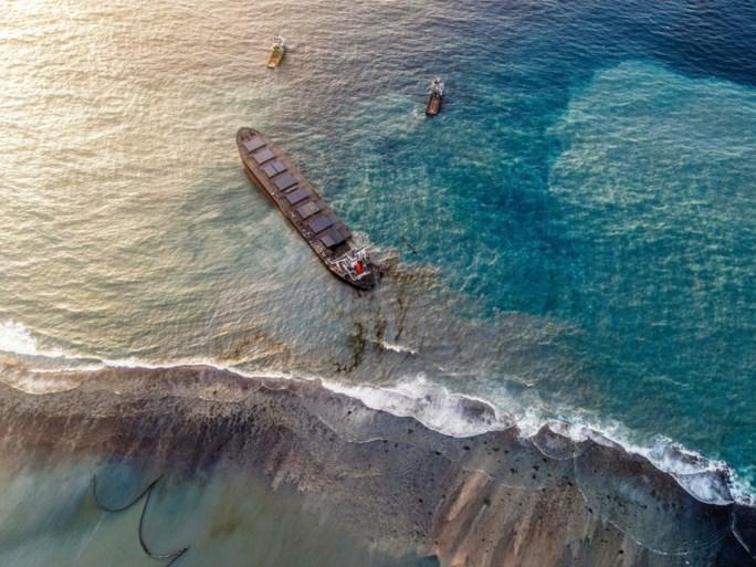Voor kust Mauritius vastgelopen schip in tweeën gebroken