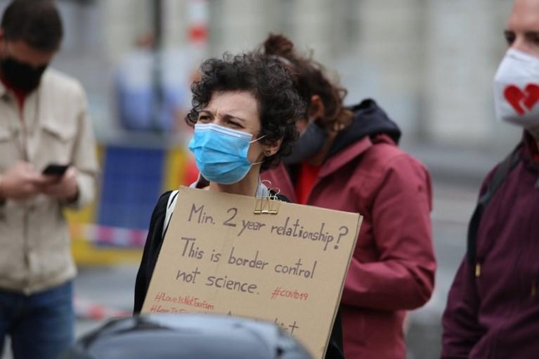 Bescheiden protest van internationale koppels in Brussel: 'Politici horen niet te regeren over onze liefde'