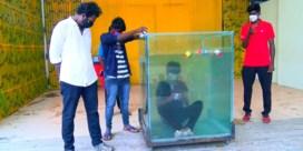 Man breekt record Rubiks kubussen oplossen onder water