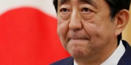 Langstzittende Japanse premier stopt ermee en laat lauwe erfenis na