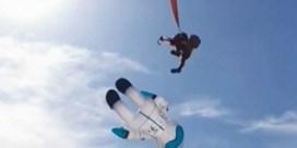 Peuter vliegt in het rond nadat ze verstrikt raakt in kite