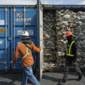 Plastic afval belandt in troebel transport
