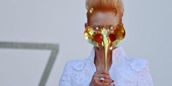 Niet veilig, wel glamoureus: de mondmaskers van Tilda Swinton