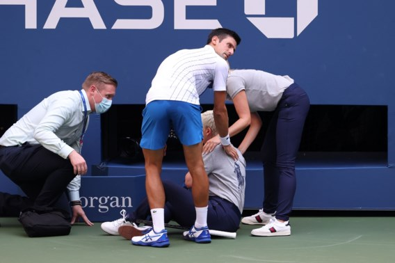 Consternatie op US Open: Novak Djokovic gediskwalificeerd nadat hij ongewild lijnrechter raakt