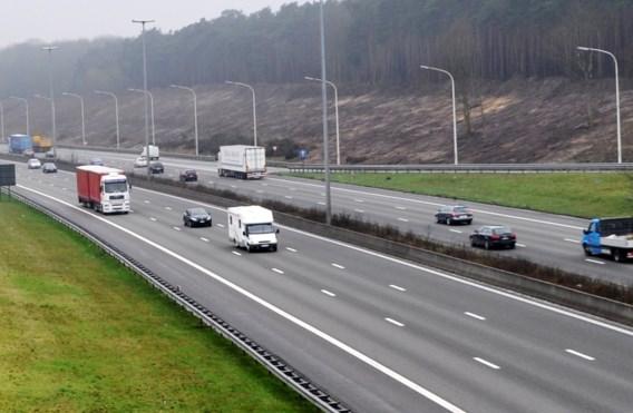 E17 in Beervelde richting Gent afgesloten na ernstig ongeval met vrachtwagens