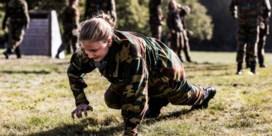 Cadet Elisabeth traint in kamp Elsenborn
