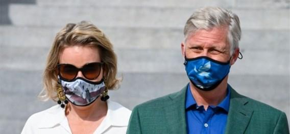 Koninklijk gezin volgt coronamaatregel in stijl met mondmaskers van Magritte