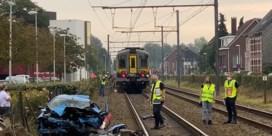 Auto wordt gegrepen door trein in Antwerpen