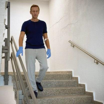 Navalni kan weer stappen, maar 'herstel zal nog lang duren'