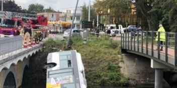 Lijnbus rijdt in water in Brugge: iedereen bevrijd